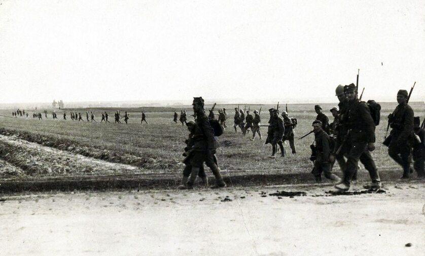 Bitwa warszawska – piechota polska w rozproszonym szyku liniowym