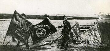 Bitwa warszawska. Polscy żołnierze ze sztandarami zdobytymi na bolszewikach