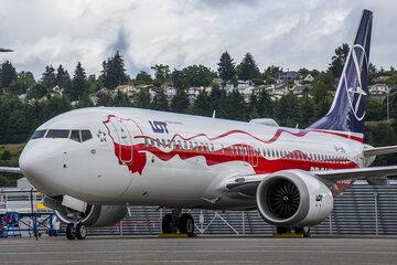 Boeingu 737 MAX 8 biało-czerwony