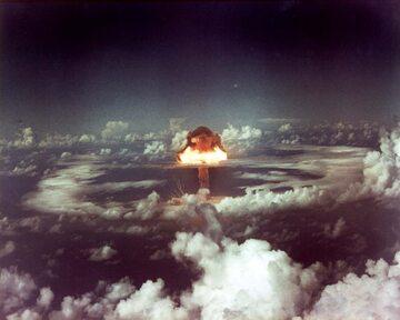 Bomba Ivy King zrzucona 610 m na północ od wyspy Runit