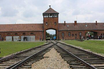 Brama i rampa kolejowa w obozie Auschwitz II- Birkenau
