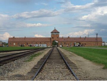 Brama obozu Auschwitz II (Birkenau), widok z wnętrza obozu