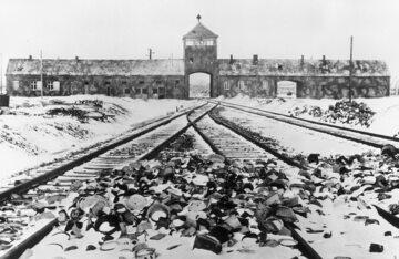 Brama obozu KL Auschwitz II - Birkenau z rzeczami więźniów