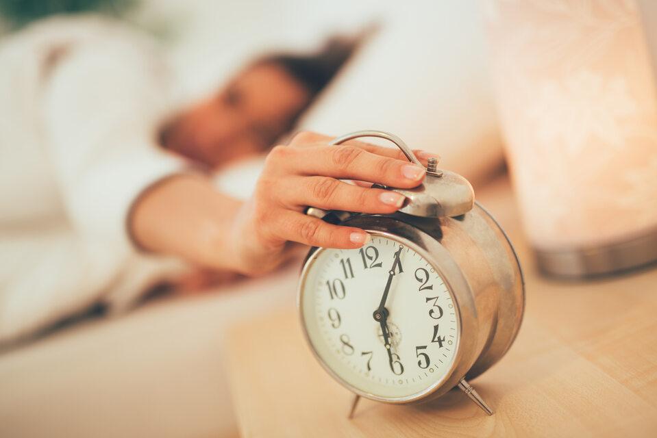 Budzik, spanie, zdjęcie ilustracyjne