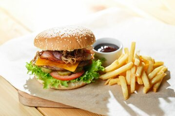 Burger i frytki, zdjęcie ilustracyjne
