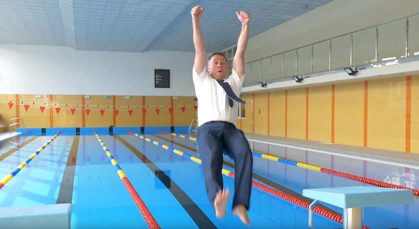 Burmistrz Łęcznej wykonujący skok do wody