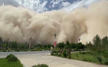 Burza piaskowa nad Dunhuang. Kadr z materiału SCMP