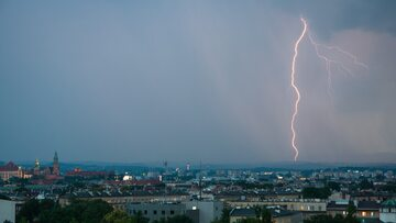 Burzowa aura w Krakowie, zdjęcie ilustracyjne
