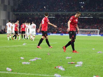 Butelki rzucone przez kibiców w meczu Albania – Polska