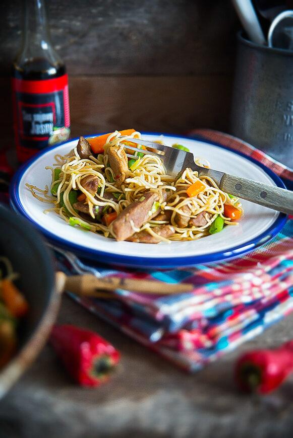 Chińszczyzna z wieprzowiną i warzywami z patelni