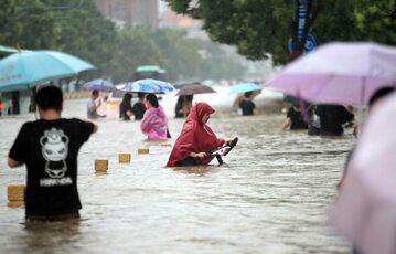 Chiny. Rekordowe powodzie w Zhengzhou w Henan