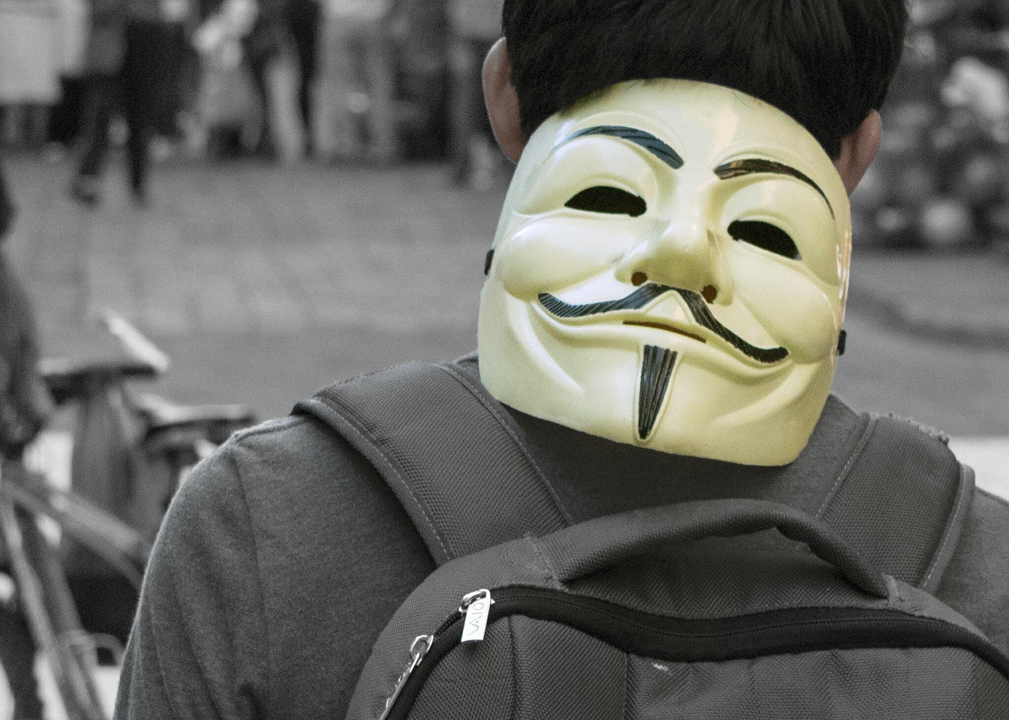 Chłopak z maską Anonymous