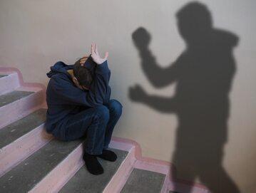 Chłopiec, ofiara przemocy rówieśniczej