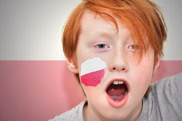 Chłopiec z polską flagą na twarzy