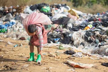Chłopiec zbierający odpady