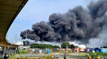 Chmura dymu po eksplozji nad Leverkusen, zdjęcie ilustracyjne