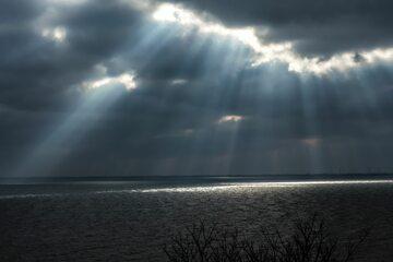 Chmury burzowe, słońce (zdj. ilustracyjne)