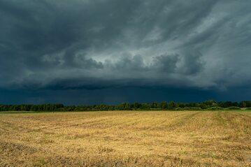 Chmury burzowe, zdj. ilustracyjne
