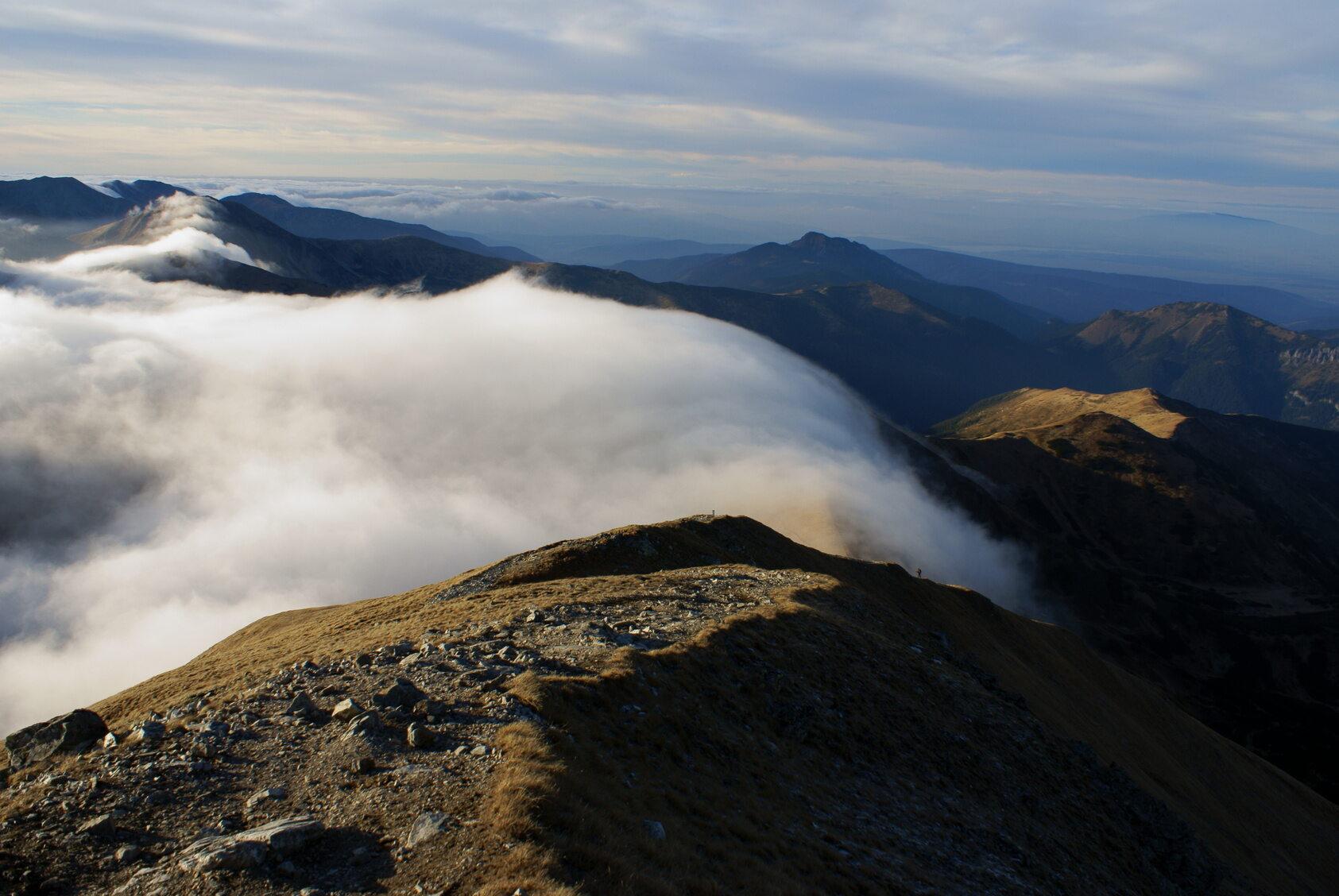 Chmury po jednej ze stron szczytu w trakcie halnego
