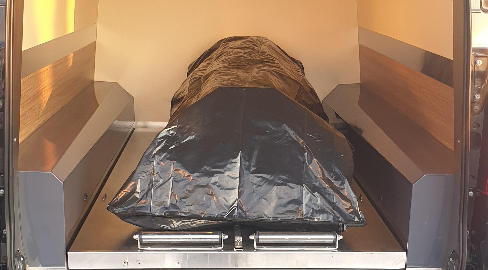 Ciało zmarłego na COVID-19 jest umieszczane w dwóch workach