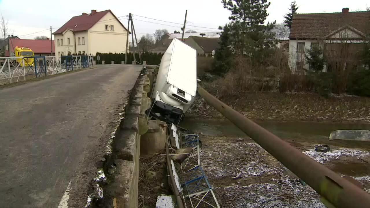 Wypadek. Ciężarówka wpadła do rzeki i uszkodziła wodociąg