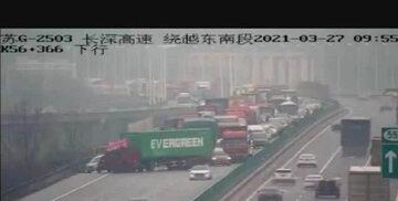 Ciężarówka z kontenerem Evergreen blokujący autostradę w Chinach