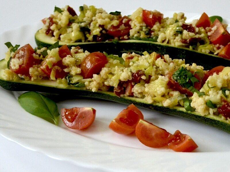 Cukinia zapiekana z kaszą jęczmienną i suszonymi pomidorami