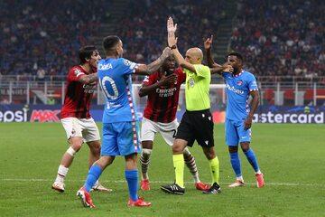 Cuneyt Cakir i piłkarze Milanu oraz Atletico