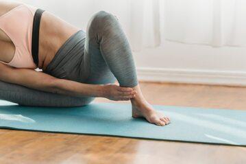 Ćwicząca kobieta, zdjęcie ilustracyjne