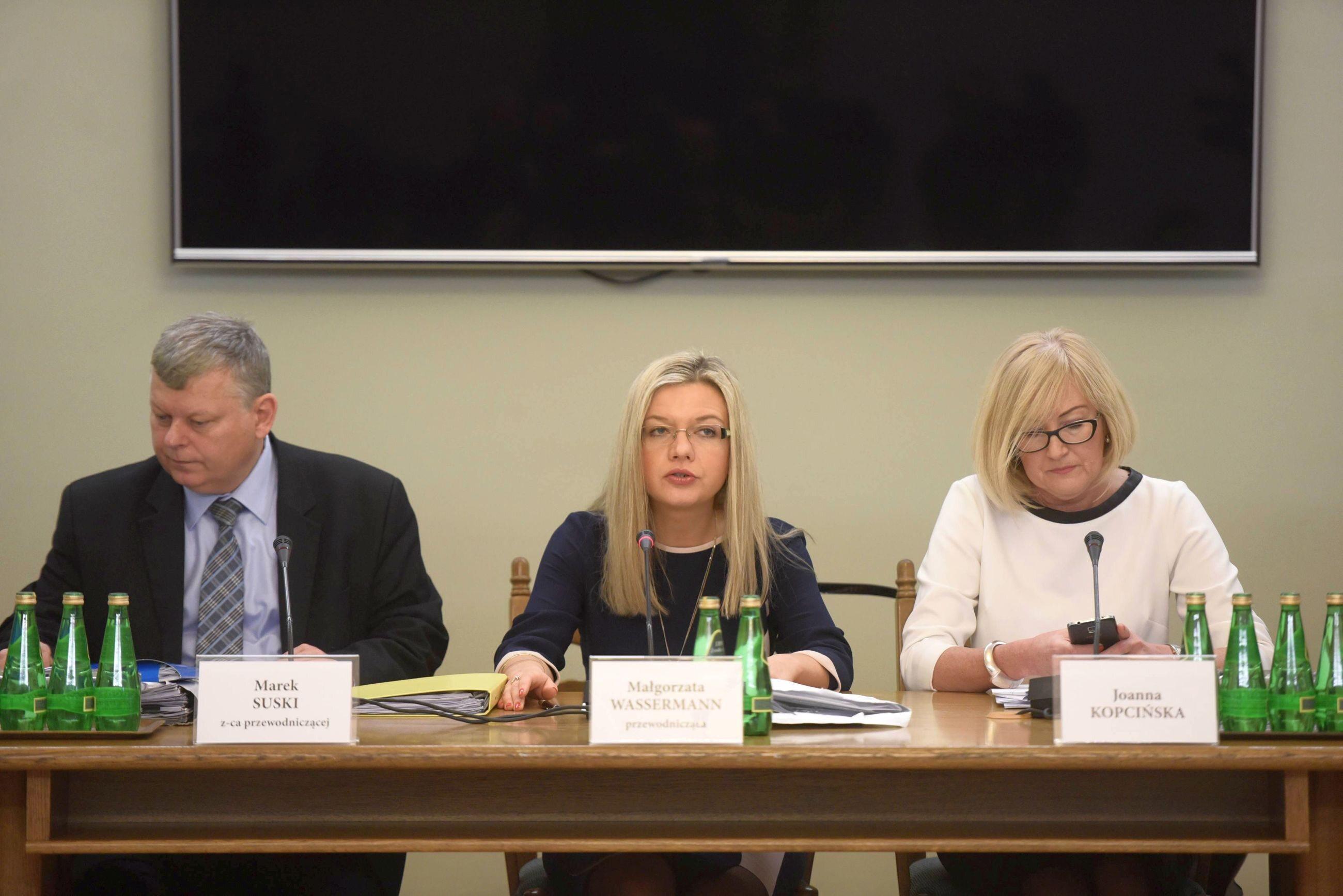 Członkowie komisji ds. Amber Gold. Od lewej: Marek Suski (z-ca przewodniczącego), Małgorzata Wassermann (przewodnicząca) i Joanna Kopcińska