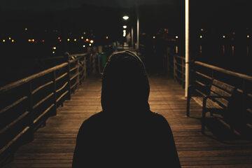 Człowiek na moście, zdj. ilustracyjne