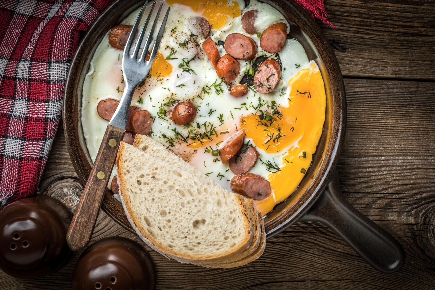 Danie z kiełbasą i jajkami