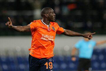 Demba Ba, który zdobył bramkę w meczu z Manchesterem United