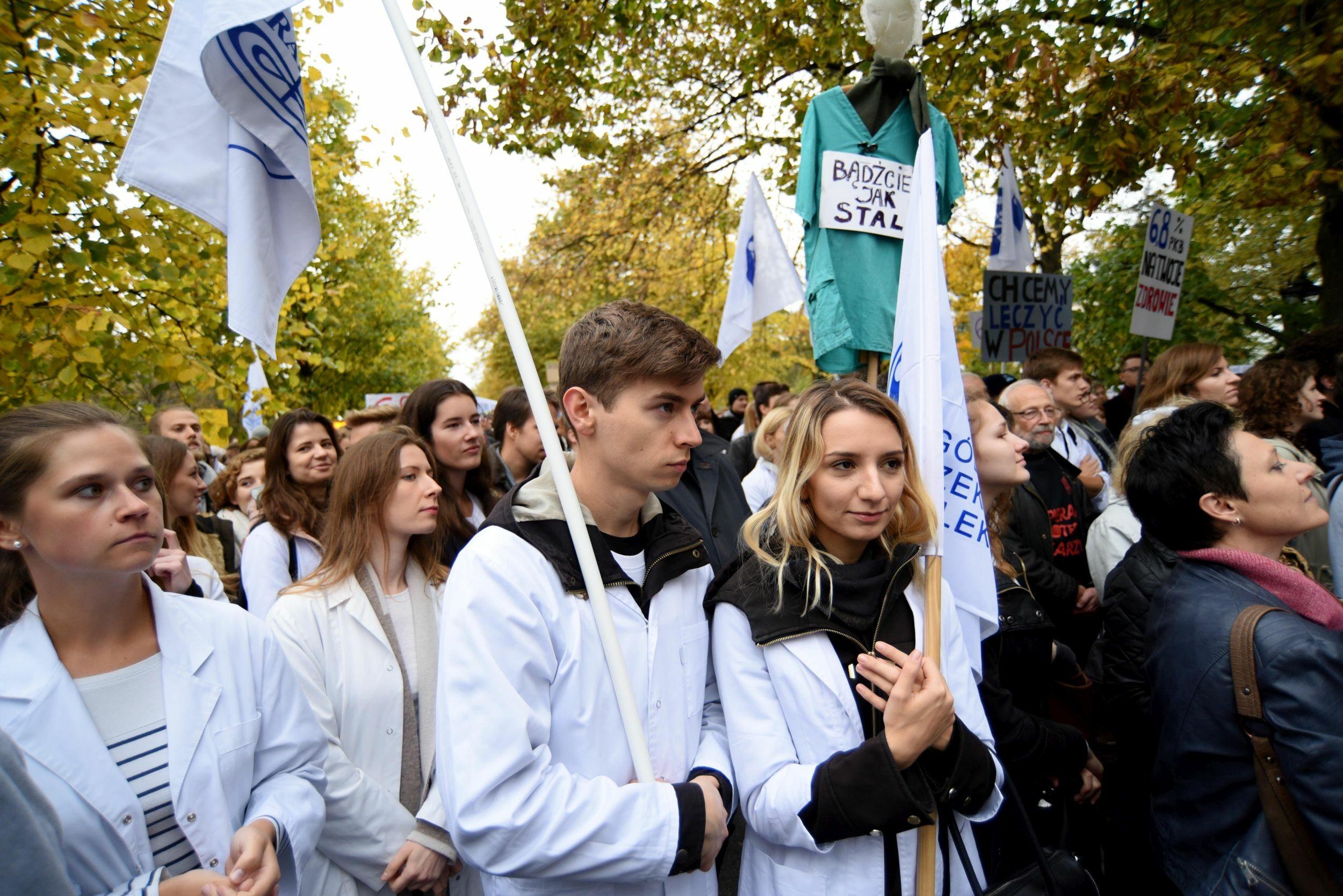 Demonstracja lekarzy rezydentów przed Kancelarią Premiera