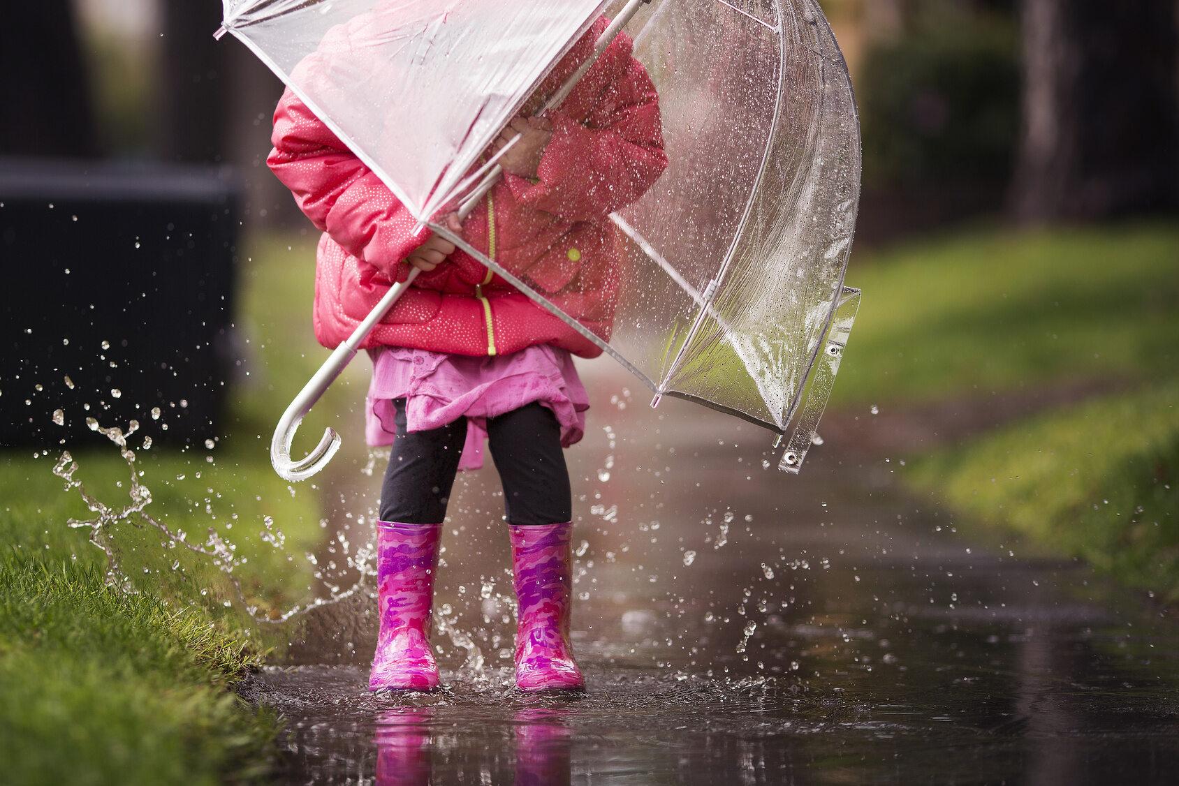Deszcz, dziecko, zdj. ilustracyjne