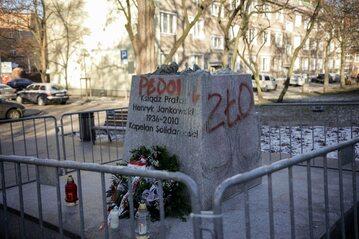 Dewastacja pomnika ks. Jankowskiego