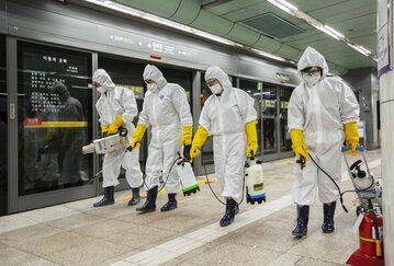 Dezynfekcja metra w Korei Południowej w związku z koronawirusem