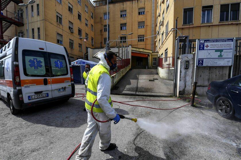 Dezynfekcja ulicy w pobliżu szpitala w  Neapolu