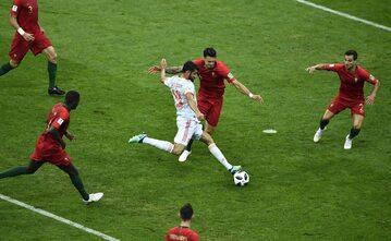 Diego Costa otoczony przez graczy z Iranu