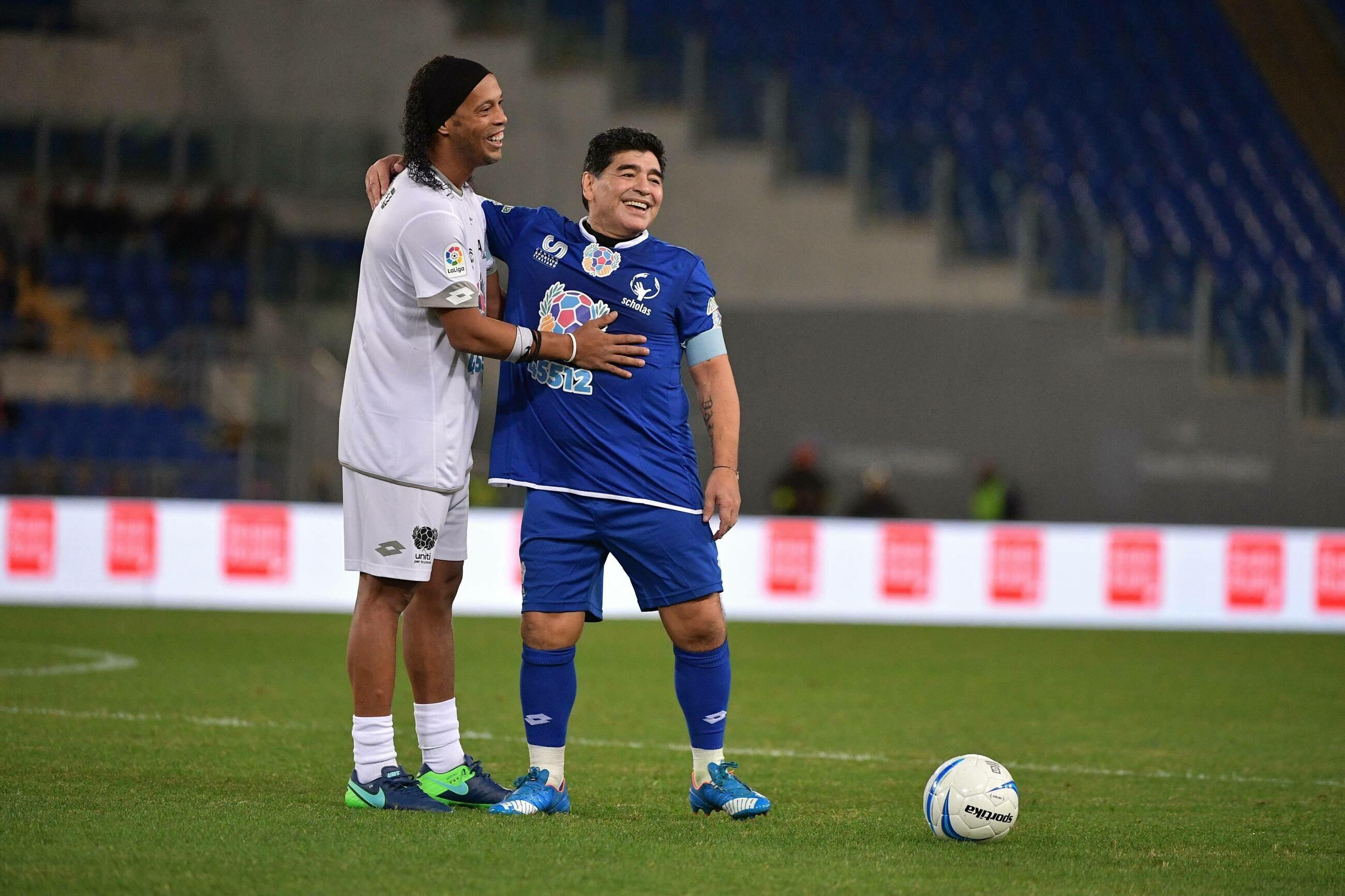 Diego Maradona w towarzystwie Ronaldinho (rok 2016)
