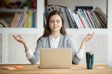 Dlaczego podczas pracy biurowej warto robić sobie częste przerwy?