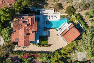 Dom znajduje się pod adresem 7801 Hillside Avenue Los Angeles, CA 90046