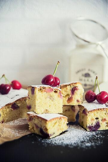 Domowe ciasto z rabarbarem i czereśniami