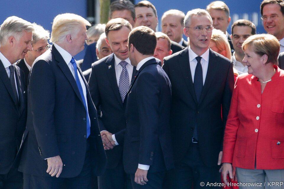 Donald Trump, Andrzej Duda, Emmanuel Macron, Jens Stoltenberg i Angela Merkel pozują do wspólnego zdjęcia w Brukseli