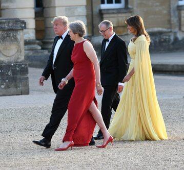 Donald Trump i Theresa May, z tyłu Philip May i Melania Trump