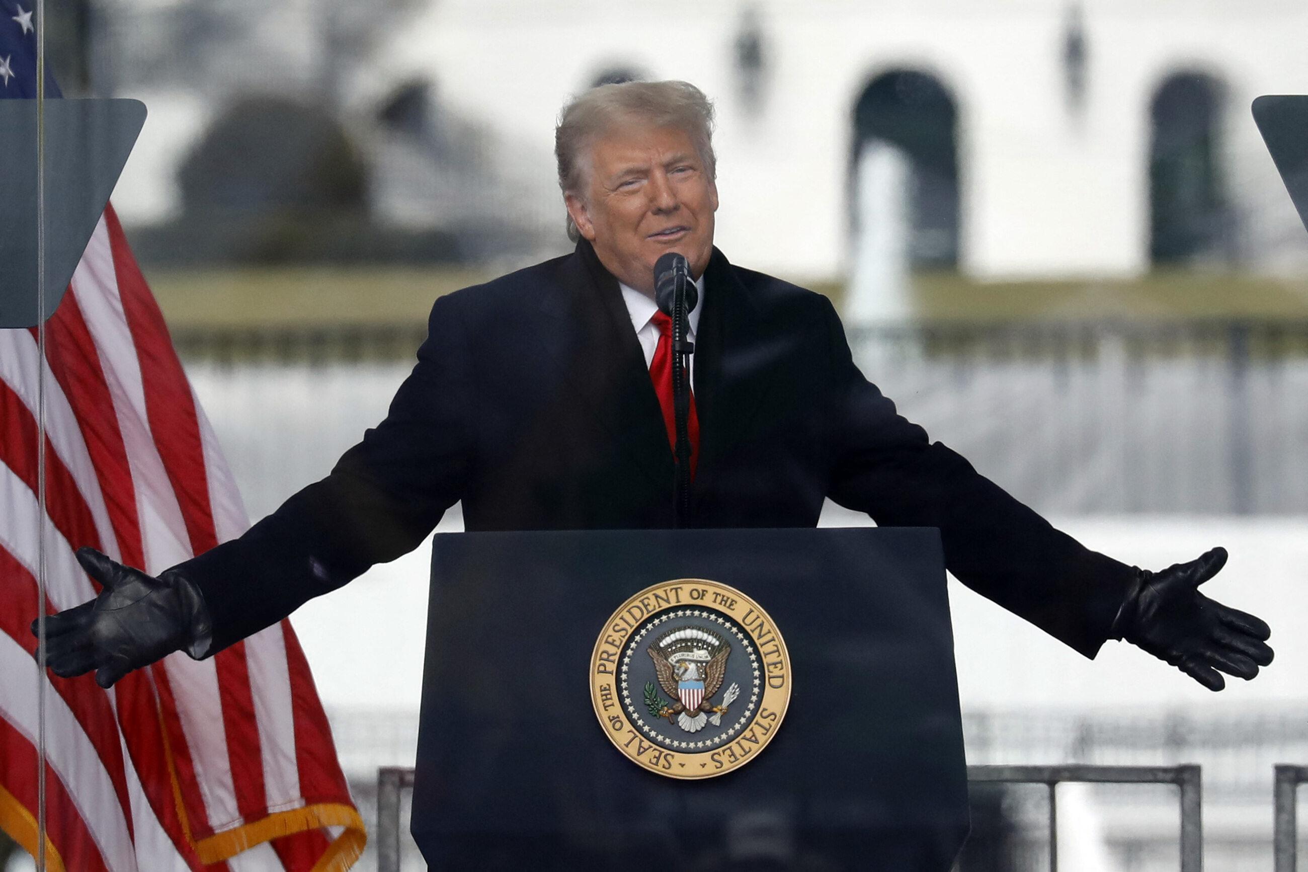 Donald Trump podczas przemówienia przed Białym Domem