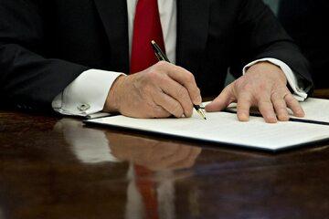 Donald Trump podpisuje rozporządzenie wykonawcze