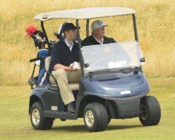 Donald Trump w wózku golfowym (zdj. z lipca 2018 roku)