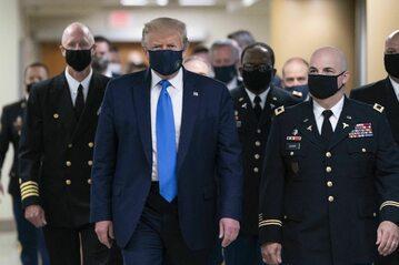 Donald Trump zaczął pokazywać się w maseczce