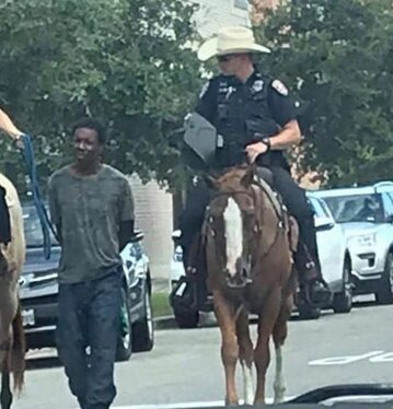 Donalda Neely prowadzony na powrozie przez policjantów na koniach